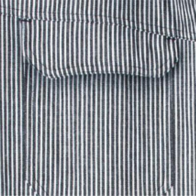 便利なフラップ付き胸ポケット