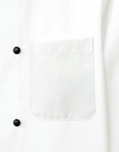 広めの胸元ポケットはペンなどの収納に便利です