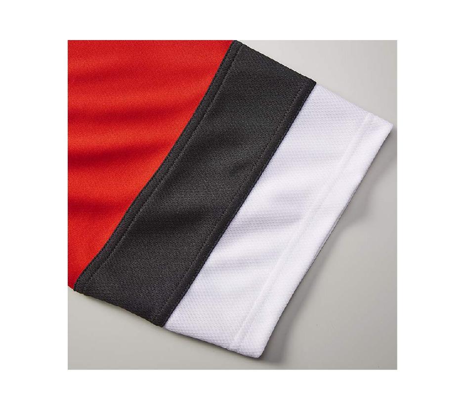 袖口と裾下の配色はメッシュ面を表面に使用