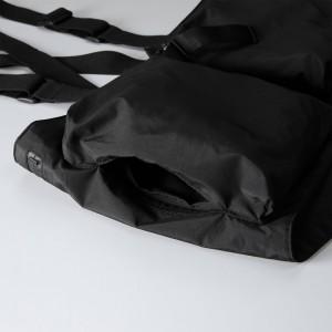 フロントポケットはサイドからも出し入れが可能なのも便利な点