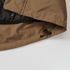 裾下には風の侵入やウェアのバタつきを調整できるストッパーとドローコード仕様、瓢箪キルトのライナー付き、プリント加工に便利な裾ふらし仕様