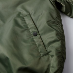 ポケットにはドットボタン付き、金属性のアメリカンタイプ(パーメックス型)