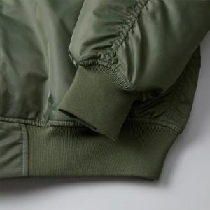 袖口と裾下はフィット感のあるリブ仕様