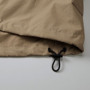 裾下には風の侵入やウェアのバタつきを調整できるストッパーとドローコード仕様