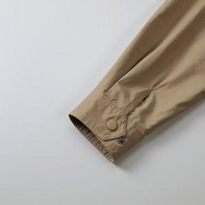 袖口カフスはサイズ調整可能なドットボタンのアジャスター付き