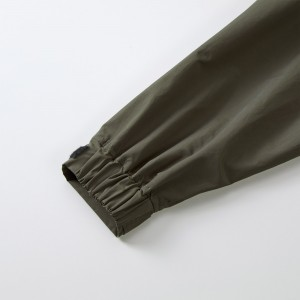 袖口は風の侵入を防ぐシャーリングとベルクロテープ仕様