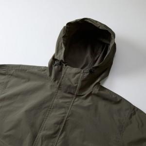 襟もとは風の侵入を防ぐハイネック仕様、ドローコードとストッパー付き